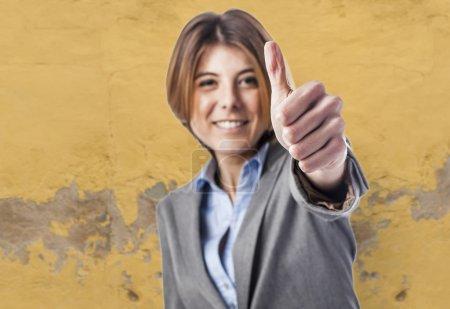 Foto de Hermosa mujer ejecutiva joven haciendo señal bien - Imagen libre de derechos