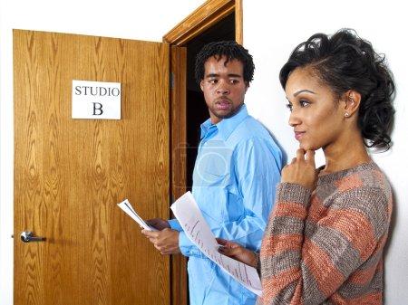 Photo pour Deux acteurs attendent à un appel de casting avec des scripts - image libre de droit