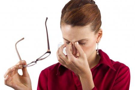 Photo pour Jeune femme d'affaires souffrant de fatigue oculaire - image libre de droit