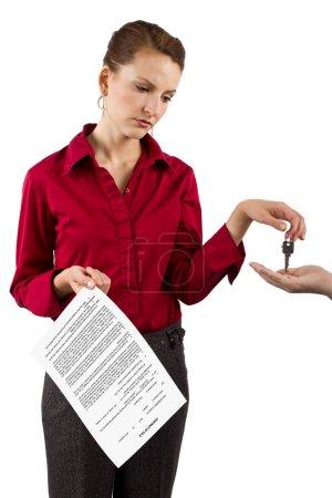 Femme détenant les clés