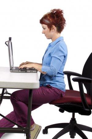 Foto de Mujer joven demostrando postura de escritorio de oficina - Imagen libre de derechos