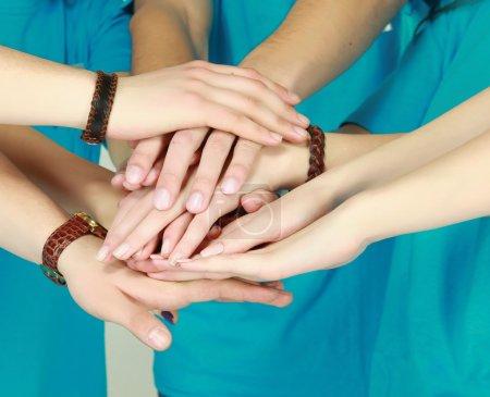 Photo pour Heureux adolescent groupe avec mains - image libre de droit