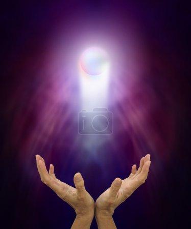 Photo pour Femelle avec la main tendue et Orbe de guérison spirituelle flottant vers le haut sur un fond de formation énergie brumeux - image libre de droit
