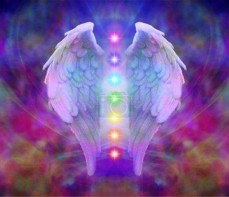 Photo pour Ailes d'ange sur un fond coloré avec les sept chakras, flottant entre - image libre de droit