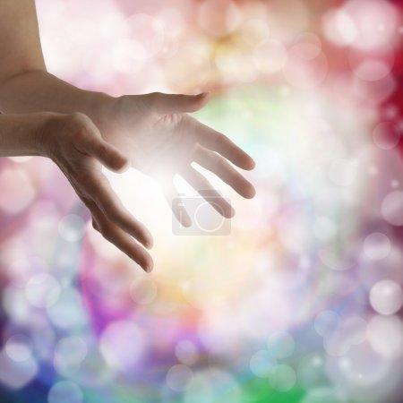 Photo pour Les mains de guérison tendues de la femme avec un fond bokeh léger et une boule d'énergie - image libre de droit