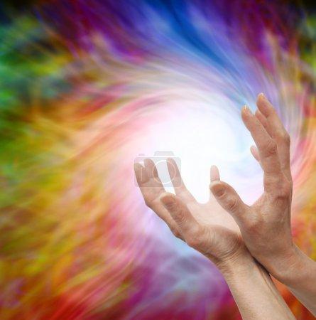 Photo pour Femmes guérisseuses étendues mains coupées sur fond coloré de formation d'énergie vortex - image libre de droit