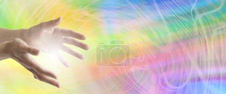 Photo pour Guérir les mains tendues avec un fond tourbillonnant d'énergie arc-en-ciel - image libre de droit