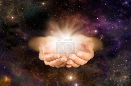 Photo pour Mains coupées émergeant de l'espace lointain avec formation d'énergie blanche - image libre de droit