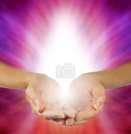 Photo pour Guérisseur avec les mains coupées et la lumière blanche sur un fond d'énergie magenta violet - image libre de droit