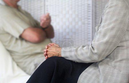 Photo pour Femelle consultation thérapeute assis écoutant homme patient assis sur canapé - image libre de droit