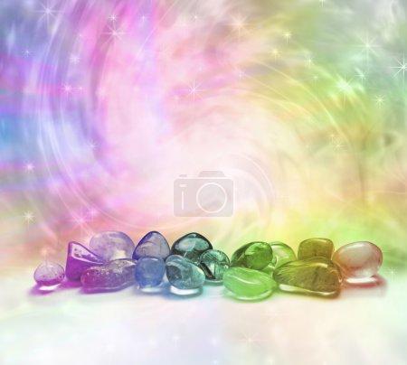 Photo pour Sélection de cristaux colorés arc-en-ciel sur un fond d'énergie tourbillonnant coloré arc-en-ciel avec des étincelles - image libre de droit