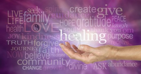 Photo pour La main ouverte tendue du guérisseur entourée de mots de guérison sages aléatoires sur un fond violet et la formation d'énergie blanche coulant vers l'extérieur de la main - image libre de droit
