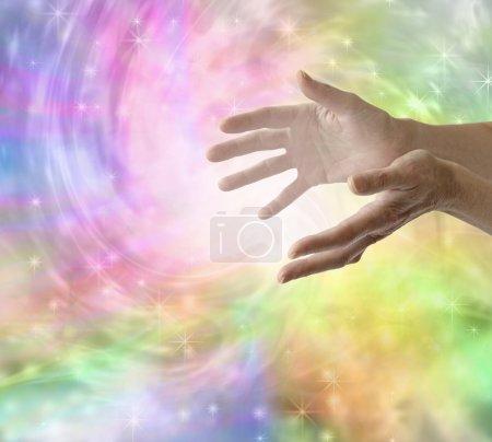Photo pour Guérisseuse avec les mains tendues envoyant de l'énergie de guérison avec un fond tourbillonnant coloré brillant - image libre de droit