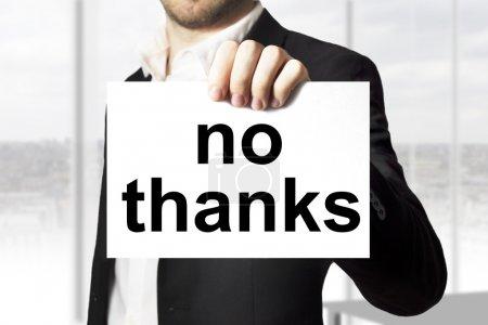 Photo pour Homme d'affaires en costume noir tenue ne signer Merci - image libre de droit