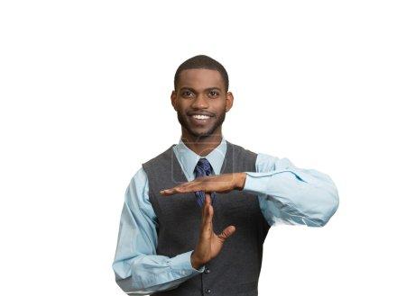 Photo pour Gros plan portrait jeune, heureux, souriant, exécutif homme de compagnie montrant le temps geste avec les mains, fond blanc isolé. Émotions humaines positives, sentiment d'expression faciale, attitude de langage corporel - image libre de droit