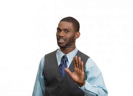 Enojado gesto ejecutivo con las manos para detener