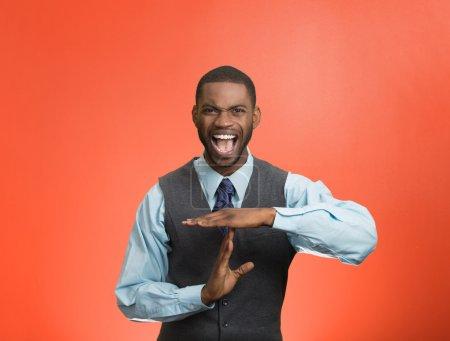 Photo pour Gros portrait stressé, en colère, jeune homme d'affaires montrant le temps geste avec les mains, fond rouge isolé. Émotions humaines négatives, expressions faciales, signes, symboles, langage corporel, attitude - image libre de droit