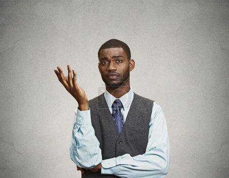 Photo pour Portrait en gros plan arrogant désemparé jeune homme exécutif, armer demander pourquoi ce problème si qui se soucie, je ne sais pas, fond de couleur grise isolée. Sentiments négatifs d'expression faciale d'émotion humaine - image libre de droit