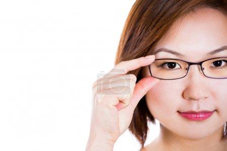 Asiatique femme portant des lunettes .