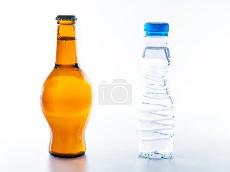 Photo pour 2 bouteilles, l'une est une bouteille d'eau avec silhouette mince et l'autre est une bouteille de bière avec ventre de bière . - image libre de droit
