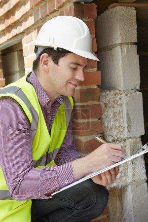 Photo pour Vérification par l'architecte de l'isolation pendant le projet de construction - image libre de droit