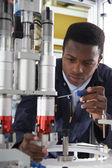 Inženýr pracující v továrně v počítači
