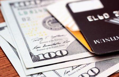 Photo pour Gros plan cartes de crédit sur des billets de dollars avec peu de profondeur de champ - image libre de droit