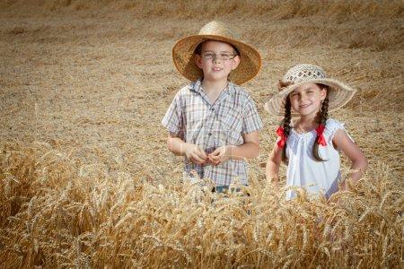 Foto de Niño feliz divirtiéndose en el campo de trigo en verano, al aire libre - Imagen libre de derechos