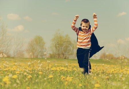 Photo pour Héros orange courir dans la prairie et profiter de la liberté. photographies look rétro . - image libre de droit