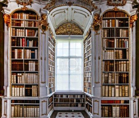 Photo pour Grande bibliothèque plus grande dans l'ancienne abbaye, style baroque - image libre de droit