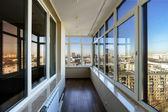 Blick auf die Stadt durch neue Fenster