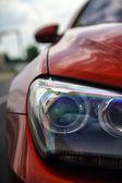 červené sportovní auto detaily