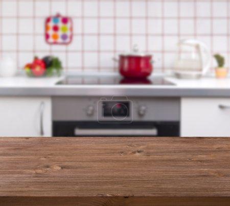 Photo pour Table en bois sur fond de banc de cuisine - image libre de droit