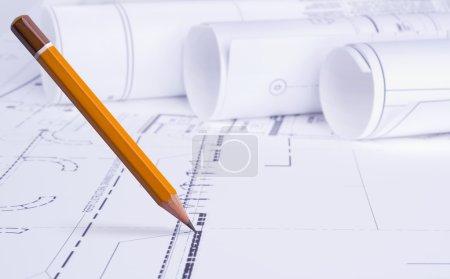 Photo pour Crayon dessine sur fond de dessin architectural - image libre de droit