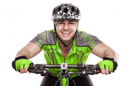 Photo pour Jeune cycliste masculin avec son vélo sur la course isolé sur fond blanc - image libre de droit
