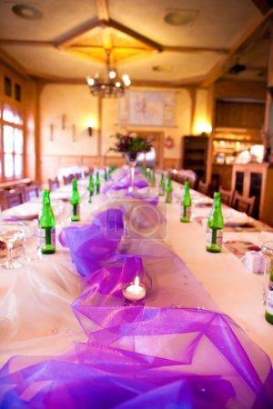 Photo pour Belle table de mariage servie avec des bougies et des fleurs - image libre de droit