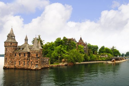 Island in the 1000 Islands on the St Lawrence River which borders Canada and the USA.