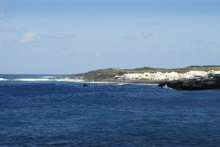 Photo pour Les îles Canaries auparavant appelées les îles fortunés. l'île n'a pas d'eau sauf l'eau de pluie. le terrain couvert de lave possède une beauté étrange et fascinante. situé sur le Tropique du cancer, c'est l'île de vacances parfaites - image libre de droit
