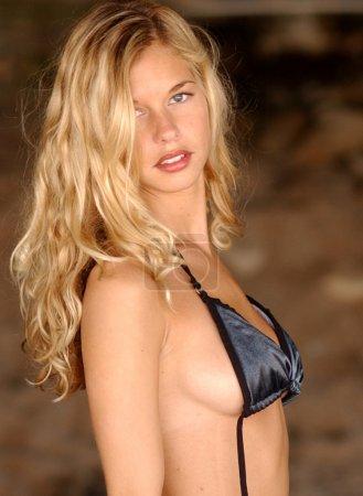 Photo pour Répondre à Natalie - elle tourné Bikini Fashion et Glamour - effectuer un tri sur « Natalie kehoe » pour voir toutes ses images. Beaucoup d'espace de la copie sur la plupart de ses images - image libre de droit