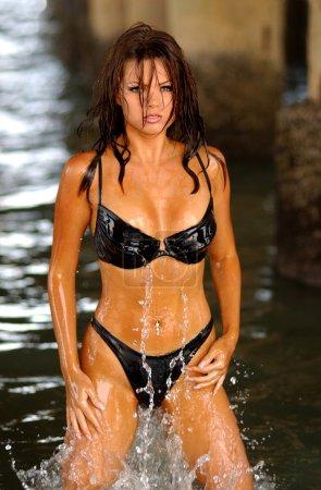 Photo pour Wet haired brunette professionnel - shoot lieu daytona beach - image libre de droit