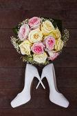Svatební boty a svatební kytice