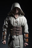 Ein Mann in einem Umhang ein Krieger mit einem Messer in der hand