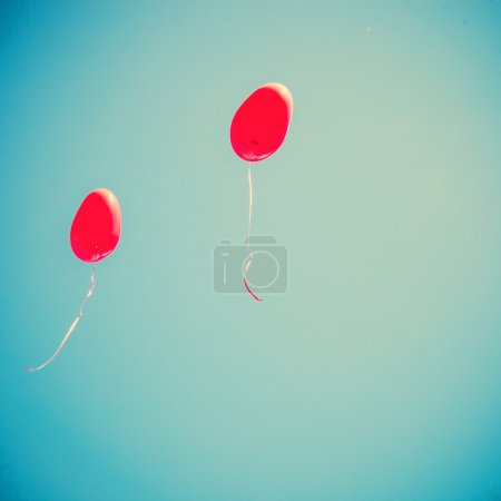 Photo pour Ballons amour rétro sur ciel bleu - image libre de droit