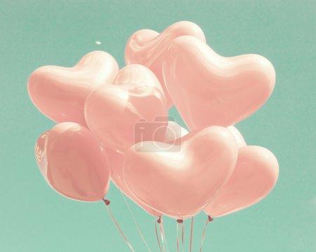 Photo pour Pastel rétro aime ballons sur ciel menthe - image libre de droit