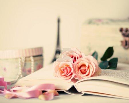 Photo pour Roses Vintage sur livre et boîte sur fond turquoise - image libre de droit