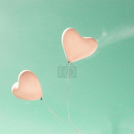 Photo pour Ballons Pastel Love rétro sur Mint Sky - image libre de droit