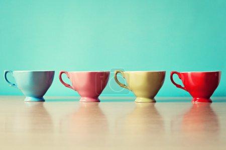 Photo pour Couleur tasses à café en rangée - image libre de droit