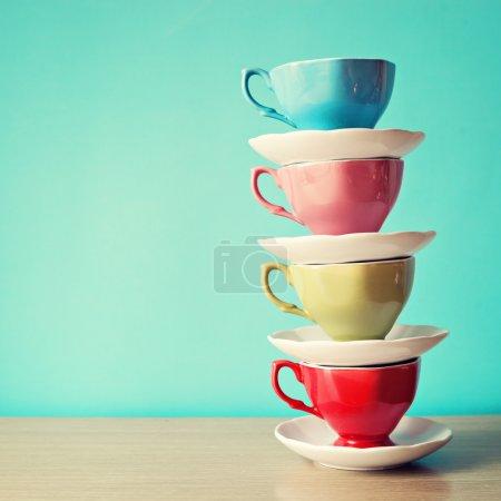 Photo pour Pile de tasses de couleur café - image libre de droit