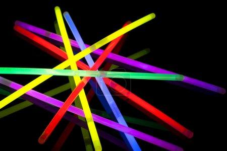 Photo pour Gros plan sur les bâtons lumineux multicolores - image libre de droit