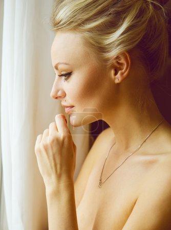 Photo pour Portrait émotif de jeune belle femme aux longs cheveux blonds. Maquillage parfait de la peau et de la nature. Gros plan - image libre de droit